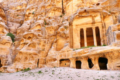 Rocha-corte antigo ruínas Colonnaded de Triclinium da vista cênico e de escadaria em pouco PETRA, Jordânia imagem de stock