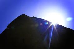 Rocha da coluna com raios do sol foto de stock
