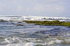 Rocha da onda no mar foto de stock