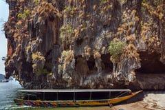 Rocha da pedra calcária, barco na ilha da praia no mar de andaman Imagens de Stock