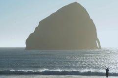 Rocha da proposta mostrada em silhueta - litoral de Oregon foto de stock