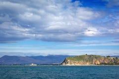 Rocha de Acronafplia e de Bourtzi em Nafplion, Grécia foto de stock