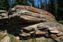 Rocha de aparecimento nas Montanhas Rochosas canadenses Fotos de Stock