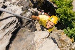 Rocha de escalada do homem novo Fotos de Stock Royalty Free