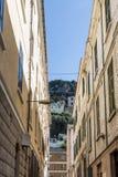 Rocha de Gibraltar através da aleia Fotografia de Stock