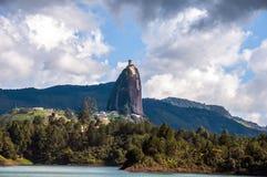 Rocha de Guatape próximo a Medellin em Colômbia imagem de stock royalty free