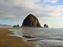 Rocha de Haytack na praia Oregon do canhão Foto de Stock