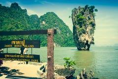 Rocha de Ko Tapu em James Bond Island, baía de Phang Nga em Tailândia Foto de Stock