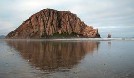 Rocha de Morro no nascer do sol em férias populares do parque estadual da baía de Morro/ponto de acampamento na costa central EUA Imagens de Stock Royalty Free