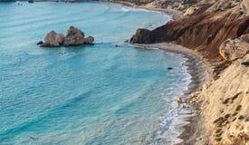 Rocha de Romiou do tou de PETRA em uma tarde bonita, em Paphos, Chipre Considera-se ser o lugar de nascimento do Afrodite no greg fotografia de stock