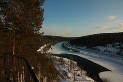 A rocha de Yermak Vista panorâmica do rio de Sivla Região de Ural Permskiy Kray, Rússia Fotografia de Stock