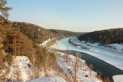 A rocha de Yermak Vista panorâmica do rio de Sivla Região de Ural Permskiy Kray, Rússia Fotos de Stock Royalty Free