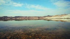 A rocha do arco-íris é refletida em um lago imóvel vídeos de arquivo