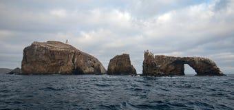 Rocha do arco e farol da ilha de Anacapa do parque nacional das ilhas channel fora do Gold Coast do Estados Unidos de Califórnia imagens de stock royalty free