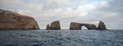Rocha do arco e farol da ilha de Anacapa do parque nacional das ilhas channel fora do Gold Coast do Estados Unidos de Califórnia foto de stock