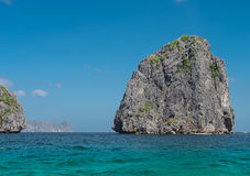 Rocha do EL Nido no mar fotos de stock