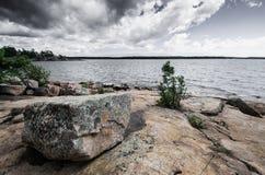 Rocha do granito no granito lakeshore Imagens de Stock
