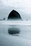 Rocha do monte de feno na névoa do azul do amanhecer Imagens de Stock Royalty Free