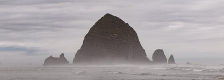 Rocha do monte de feno na praia do canhão de Oregon foto de stock