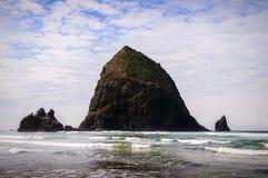 Rocha do monte de feno, praia do canhão, Oregon imagens de stock