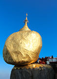 Rocha dourada, pagode de Kyaiktiyo, Myanmar. Imagem de Stock Royalty Free