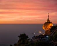 Rocha dourada - pagode de Kyaiktiyo, Myanmar Imagem de Stock