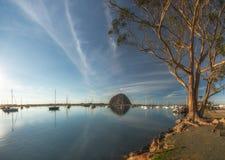 Rocha e iate de Morro na baía de Morro, Califórnia fotografia de stock