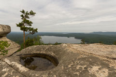 A rocha e o lago Fotografia de Stock