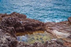 A rocha e o mar imagem de stock