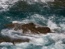Rocha e ondas Fotografia de Stock