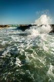 Rocha e ondas no mar Fotos de Stock Royalty Free