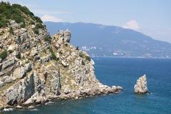 Rocha e penhasco no mar azul Imagem de Stock
