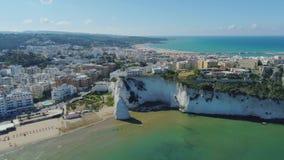 A rocha e a praia brancas Polignano as casas brancas e o castelo de Mare Apulia City Sea Coastline no zangão de Itália migram filme