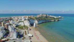 A rocha e a praia brancas Polignano as casas brancas e o castelo de Mare Apulia City Sea Coastline no zangão de Itália migram vídeos de arquivo