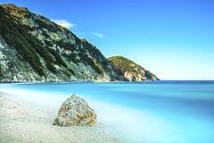 Rocha em um mar azul Praia de Sansone Elba Island Toscânia, Itália, Imagens de Stock Royalty Free