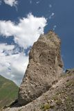 Rocha enorme de encontro a um céu azul com nuvens, Cáucaso Imagem de Stock