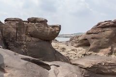 A rocha enorme gosta de uma cabeça de cão Fotos de Stock