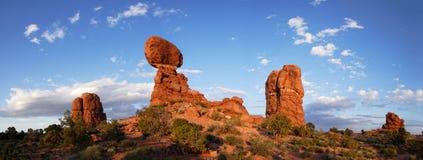 Rocha equilibrada no por do sol - panorama Fotos de Stock
