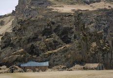 Rocha grande com os celeiros da exploração agrícola de Drangshlid fotos de stock