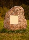 Rocha grande do granito com a placa de metal vazia Foto de Stock