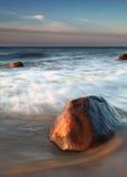 Rocha grande na praia fotos de stock