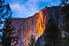 A rocha iluminou acima durante o por do sol no parque nacional de Yosemite, Califórnia, EUA imagem de stock