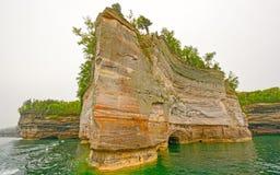 Rocha irregular em um colorido Lakeshore Imagem de Stock
