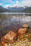 Rocha lakeshore dentro no Patagonia Imagens de Stock