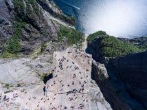 A rocha lisa Preikestolen sobre o fiorde Lysefjorden é atração natural Vista superior e para migrar acima acima do penhasco O púl fotografia de stock