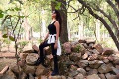 Rocha magro consideravelmente nova da mulher no preto fotos de stock royalty free