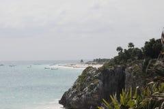 Rocha, mar e barcos em Tulum imagem de stock royalty free