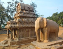 a rocha monolítica cortou cinco Rathas em Mahabalipuram, Índia Imagens de Stock