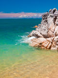 Rocha na água de turquesa Fotografia de Stock Royalty Free