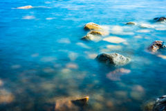 Rocha na água imóvel Imagem de Stock
